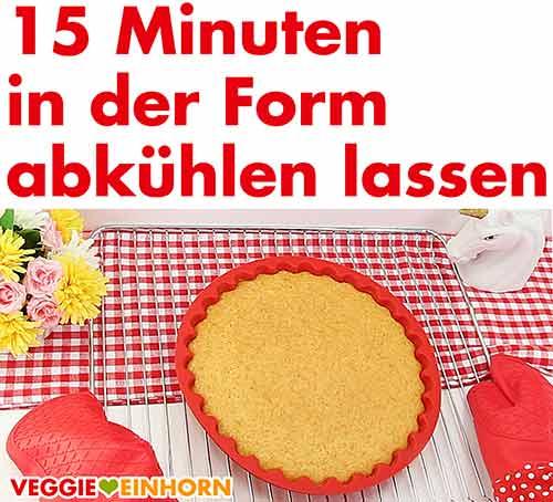 Obstkuchenboden in der Backform 15 Minuten abkühlen lassen.