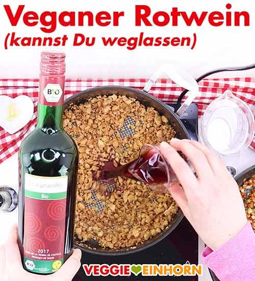 Veganer Rotwein in die Pfanne zufügen