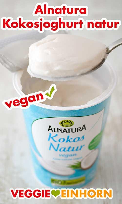 Ein Becher Alnatura Kokosjoghurt und Joghurt auf einem Löffel