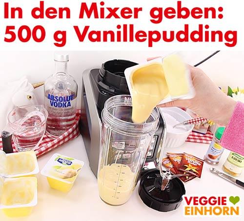 Veganer Vanillepudding wird in den Mixbecher gegeben