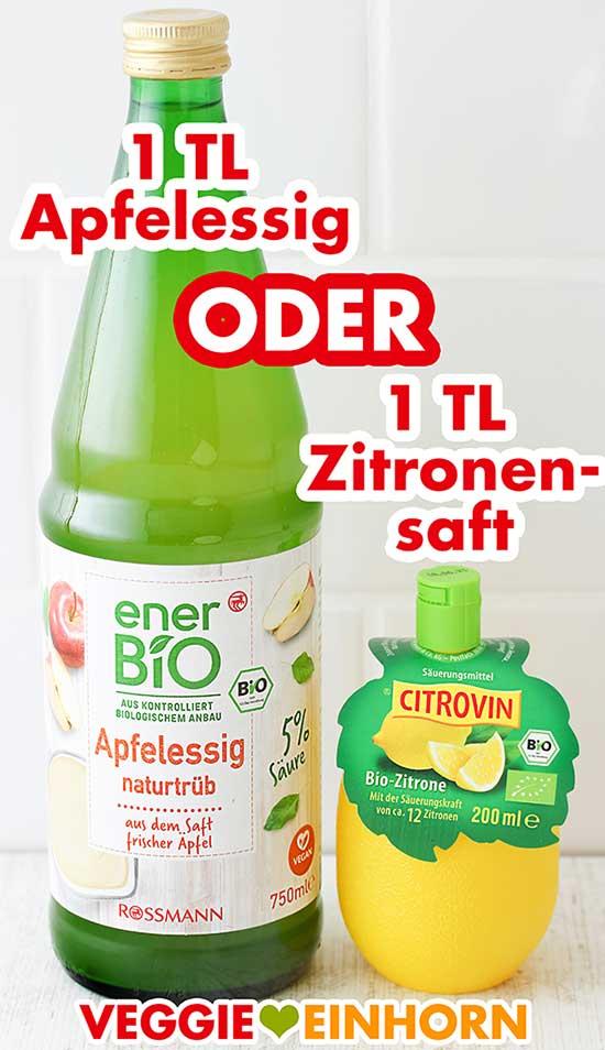Eine Flasche Apfelessig und eine Plastikzitrone mit Zitronensaft