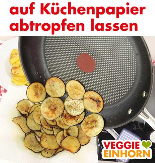 Auberginen auf Küchenpapier abtropfen lassen