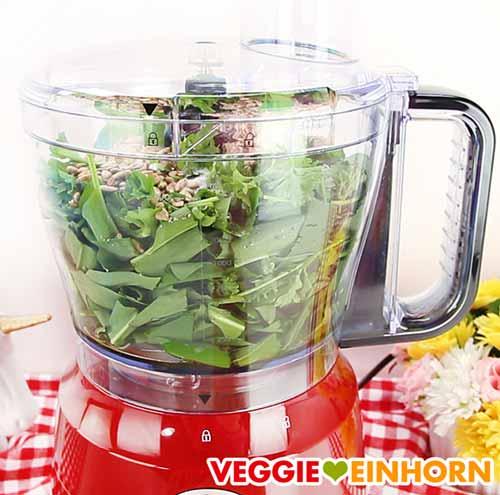 Bärlauch, Petersilie und Sonnenblumenkerne in der Küchenmaschine