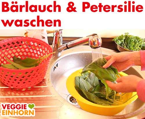 Bärlauch und Petersilie in der Spüle waschen.