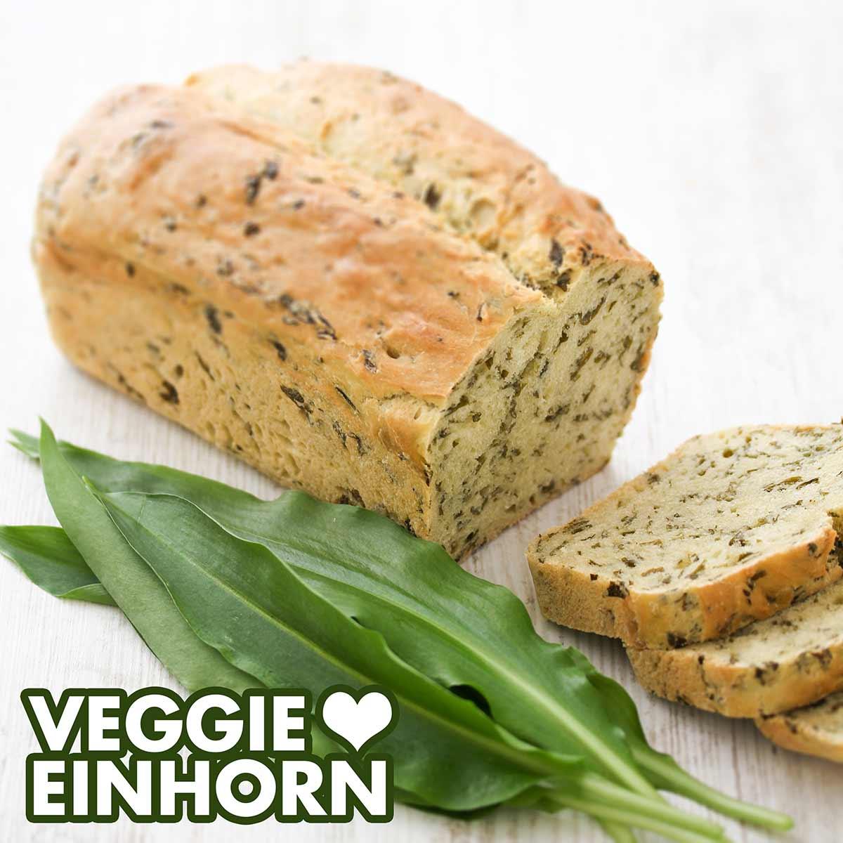 Frische Bärlauchblätter und ein Brot mit Bärlauch