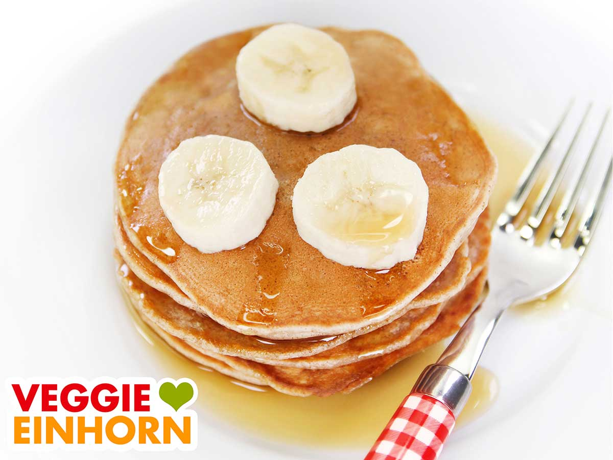 Ein Stapel mit veganen Bananen Pancakes