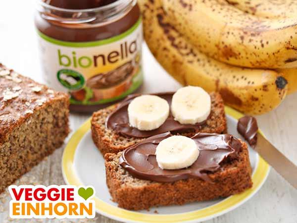 Zwei Scheiben Bananenbrot mit veganer Nutella Alternative