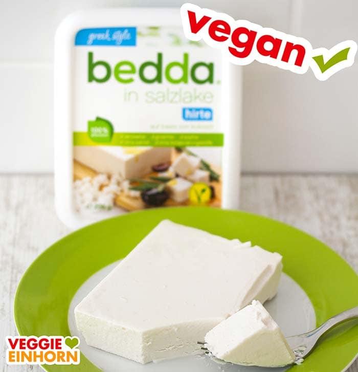 Ein Stück veganer Feta mit einer Gabel auf einem Teller