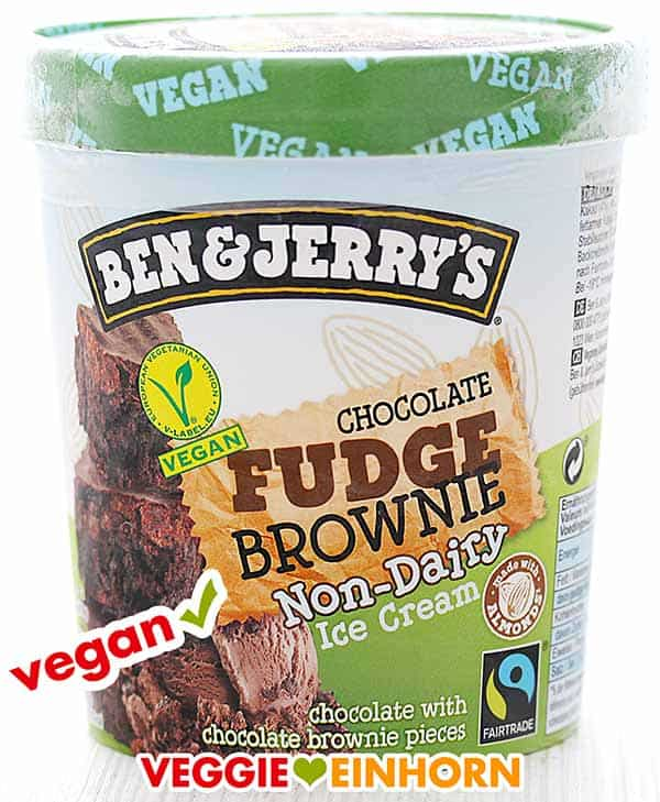 Ein Becher veganes Eis von Ben & Jerry's (Sorte Chocolate Fudge Brownie)