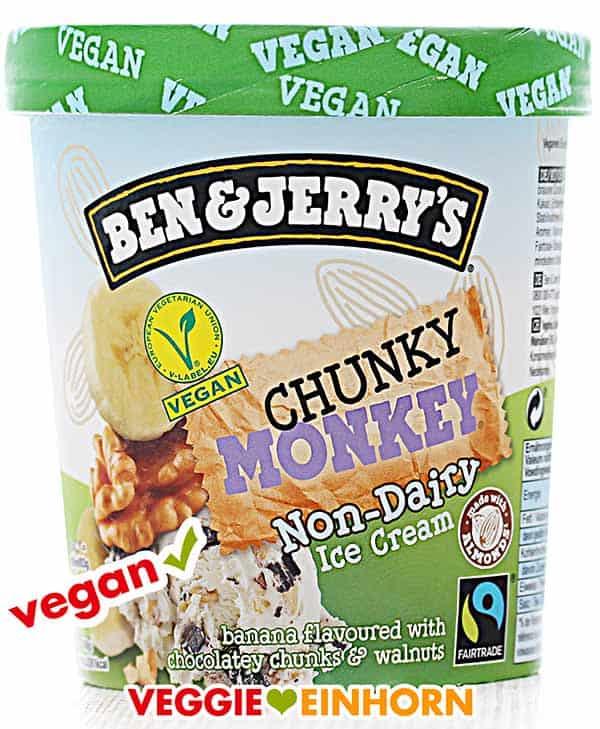 Ein Becher veganes Eis - Chunky Monkey von Ben & Jerry's