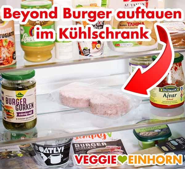 Zwei Beyond Burger liegen zum Auftauen im Kühlschrank