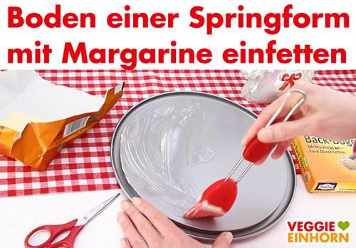 Boden einer Springform mit veganer Margarine einfetten