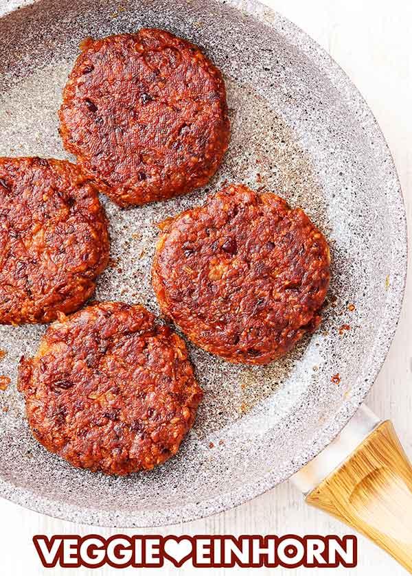 Kidneybohnen Burger in einer Bratpfanne