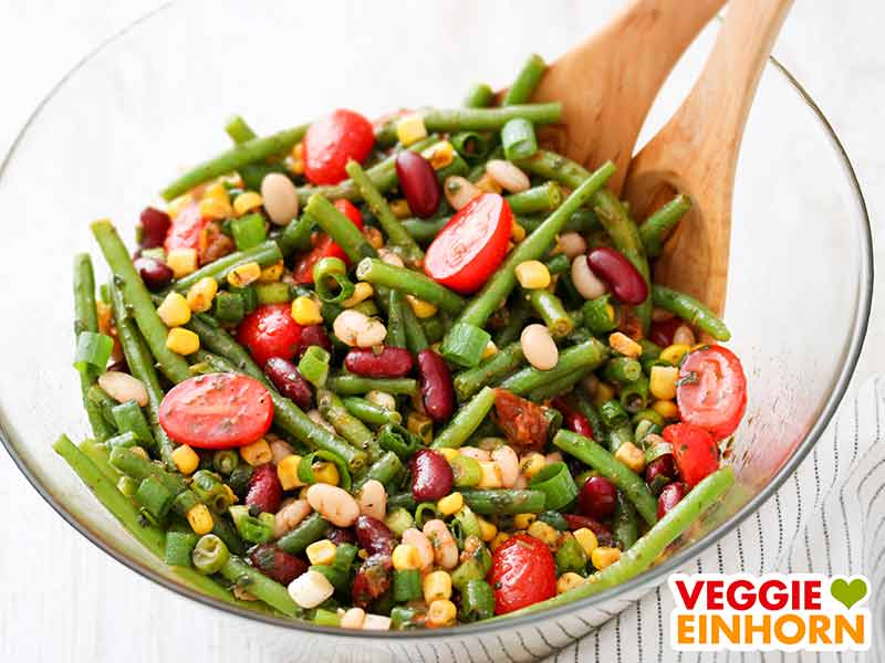 Bunter Bohnensalat in einer Salatschüssel
