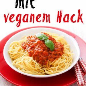 Ein Teller mit Spaghetti und veganer Bolognese Sauce mit Hack
