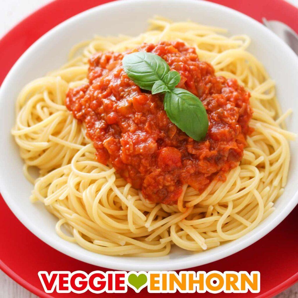 Ein Teller mit Spaghetti bolognese mit veganem Hack