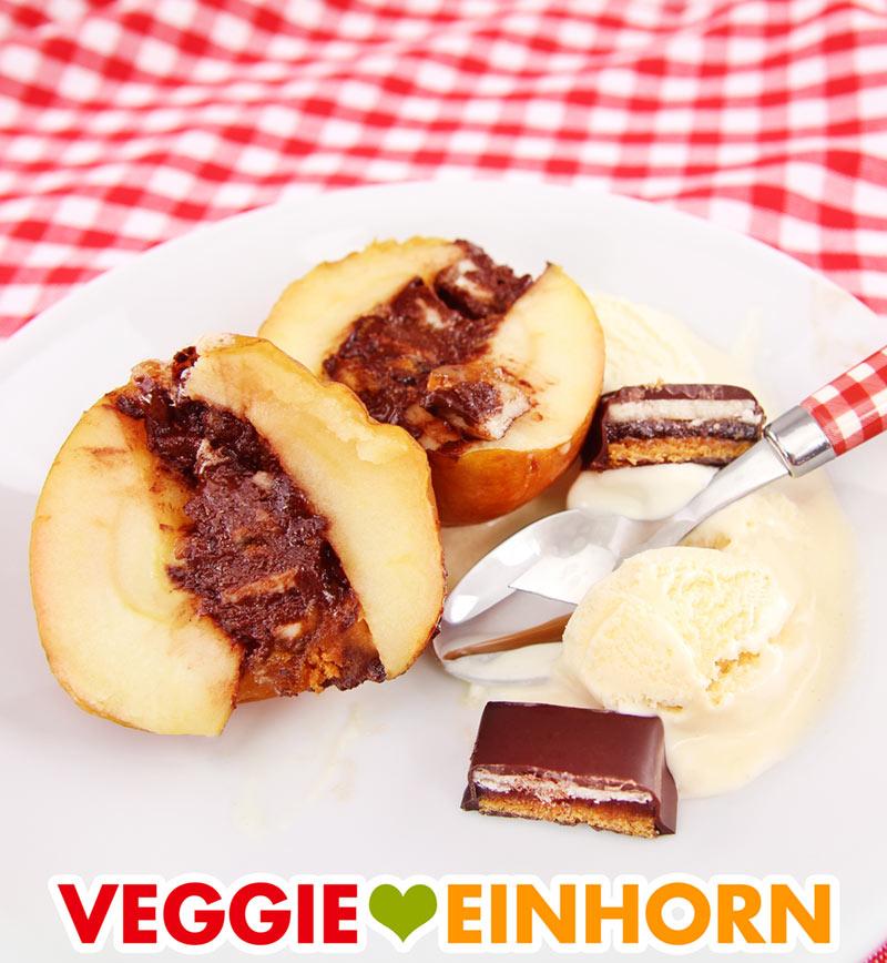 Vegane Bratäpfel mit Dominosteinen und Vanilleeis serviert