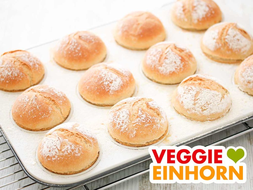 Eine Muffinform mit 12 kleinen Brötchen