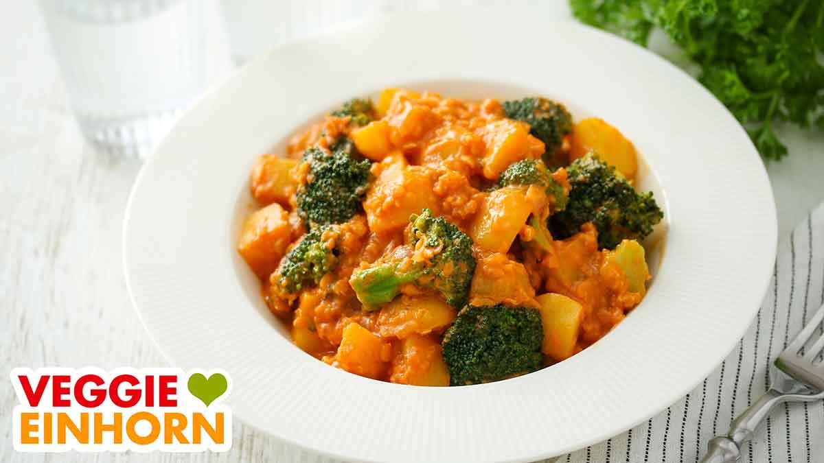 Kartoffel Brokkoli Curry auf einem Teller