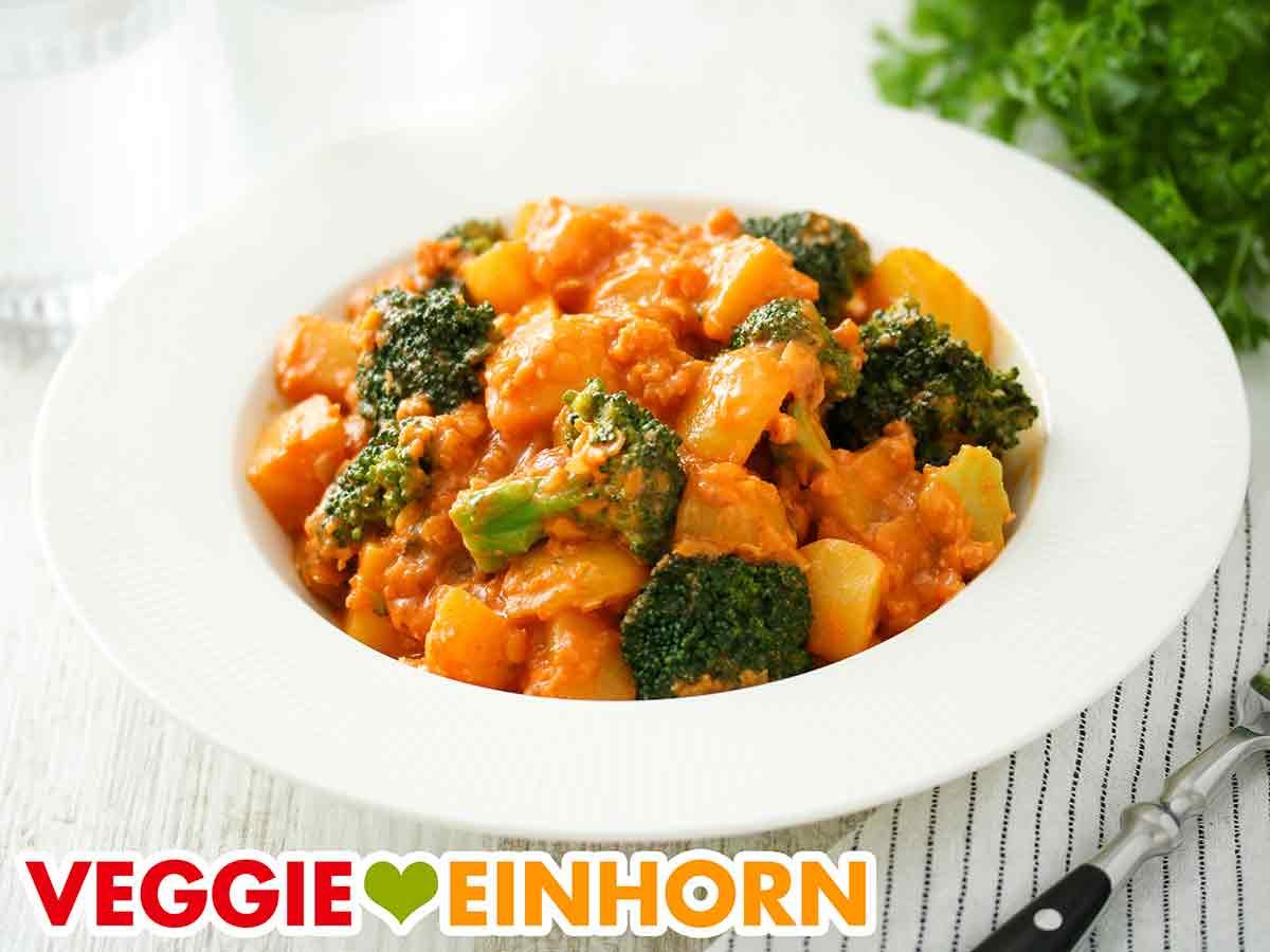 Brokkoli Curry auf einem Teller