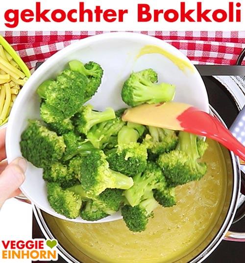 Gekochten Brokkoli zufügen.