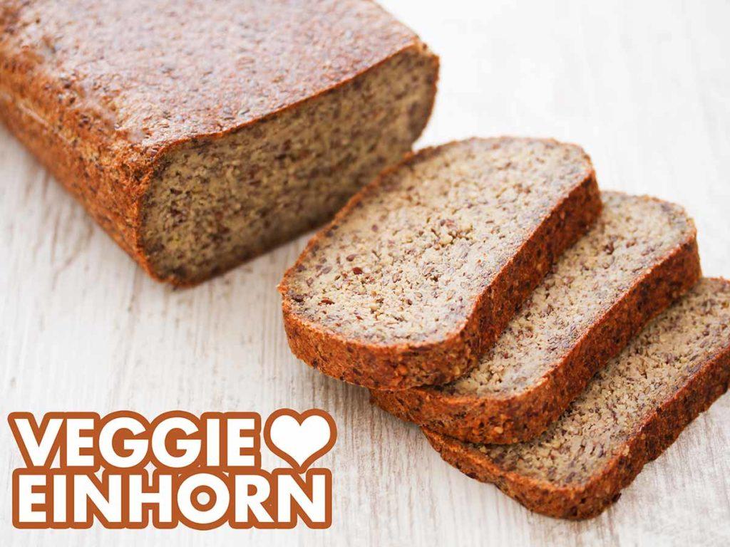 Ein angeschnittenes Brot ohne Mehl