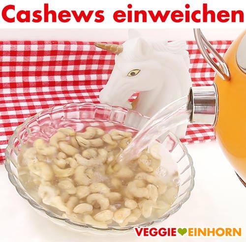 Cashewkerne mit kochendem Wasser einweichen
