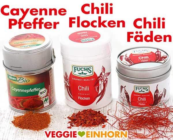 Drei Gewürzdosen mit Cayennepfeffer, Chili Flocken und Chili Fäden