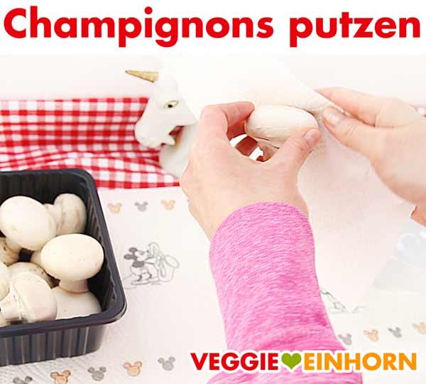 Champignons mit Küchenpapier säubern