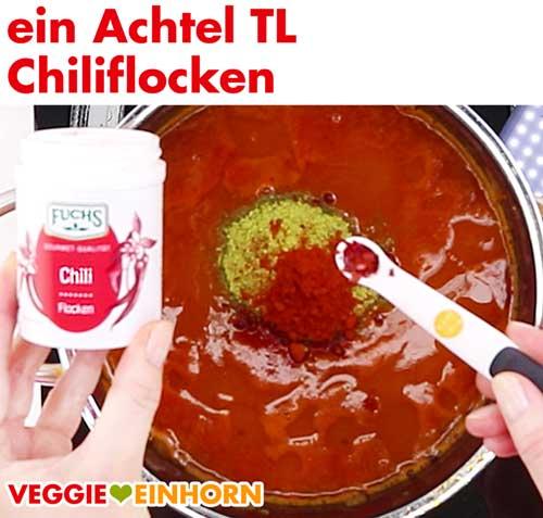 Türkische Linsensuppe würzen mit Chiliflocken
