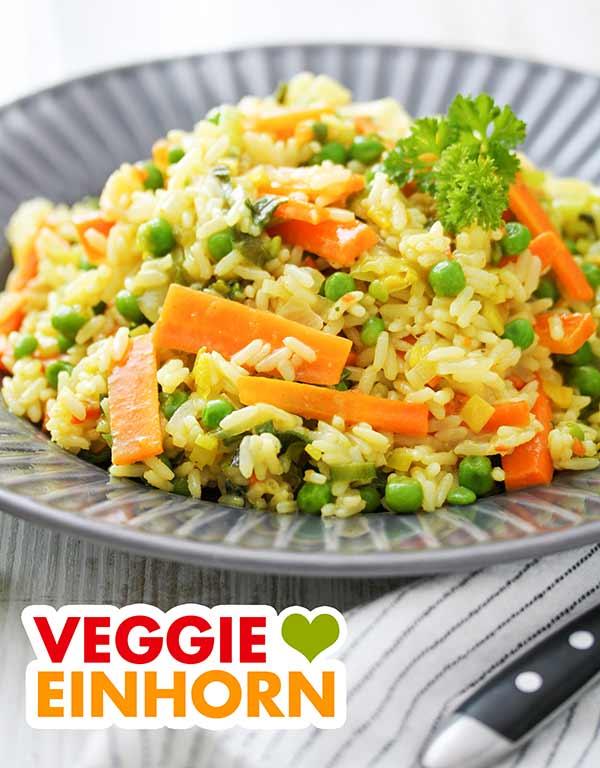 Curry Reis Pfanne auf einem dunkelgrauen Teller