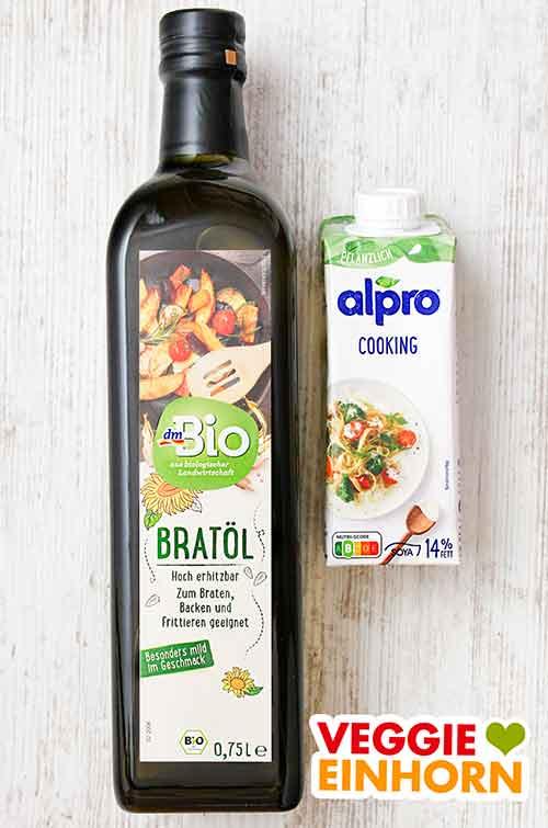 Eine Flasche Bratöl und eine Packung Sojasahne zum Kochen