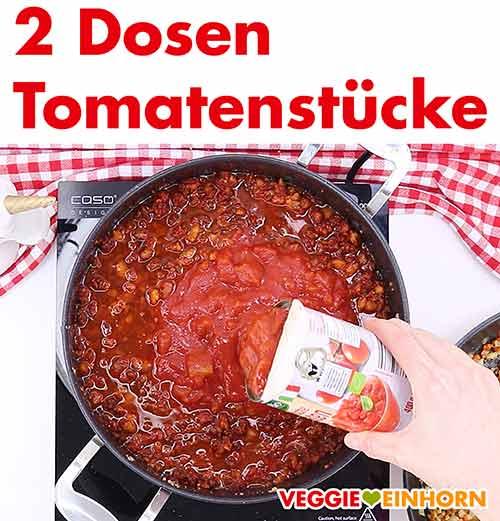 Tomaten aus der Dose zufügen