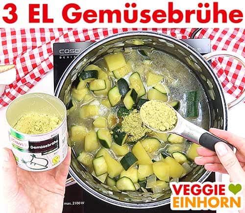 3 Esslöffel Gemüsebrühe Pulver zufügen