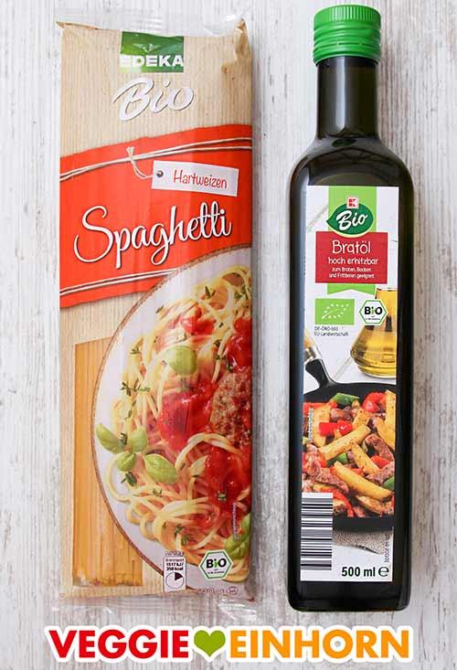Eine Packung Spaghetti und eine Flasche Bratöl