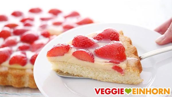 Ein Stück veganer Erdbeerkuchen mit Vanillepudding