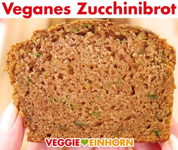 Eine Scheibe veganes Zucchinibrot