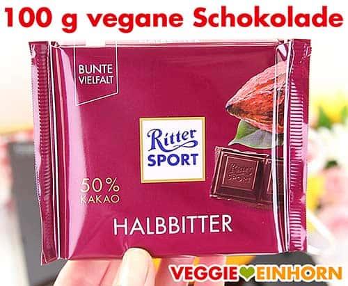 Eine Tafel vegane Schokolade (Ritter Sport Halbbitter).