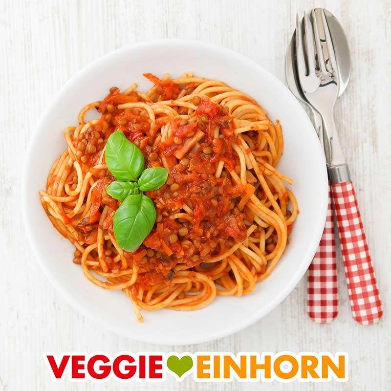 Bolognese mit Dosenlinsen auf einem Teller Spaghetti