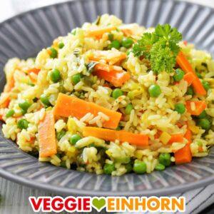 Curry Reis Pfanne mit Gemüse auf einem Teller