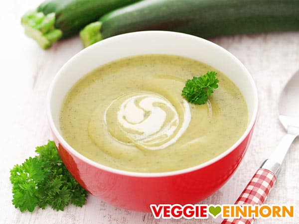Einfache vegane Zucchinisuppe