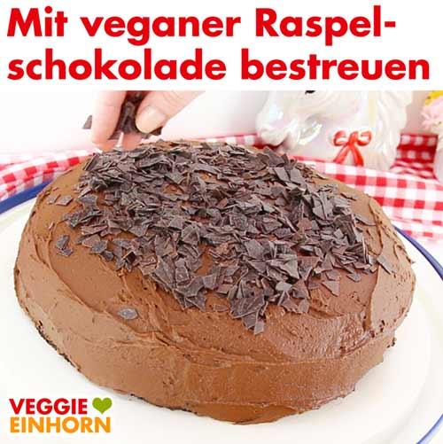 Schokotorte mit veganer Raspelschokolade bestreuen