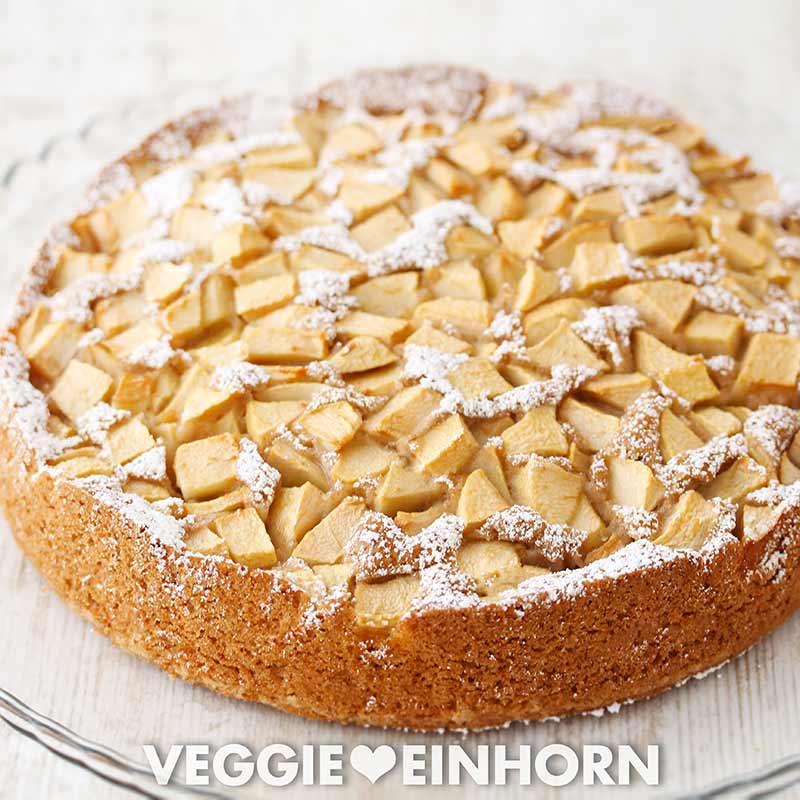 Einfacher veganer Apfelkuchen mit Puderzucker bestreut