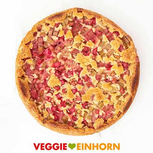 Fertig gebackener veganer Rhabarberkuchen