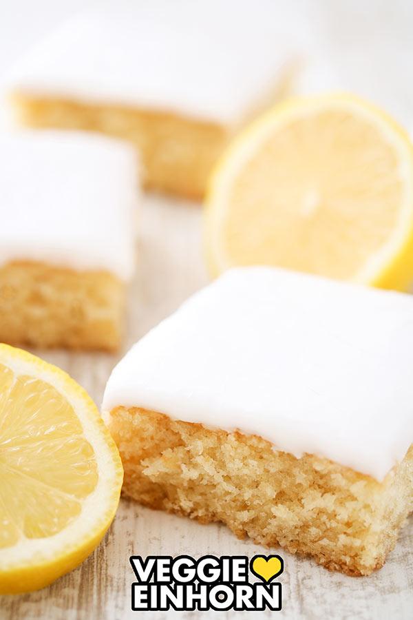 Drei Stücke veganer Zitronenkuchen vom Blech mit Zitronenglasur