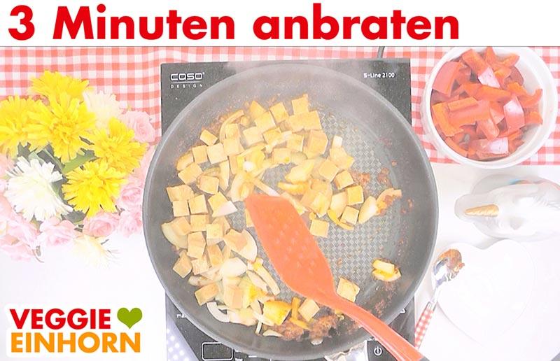 Einfaches veganes Curry | Rote Currypaste, Zwiebeln und Tofu braten