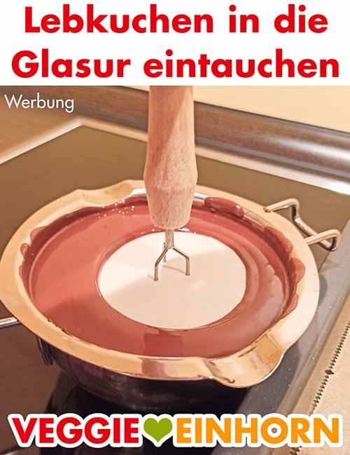 Der vegane Elisenlebkuchen wird mit Schokolade glasiert