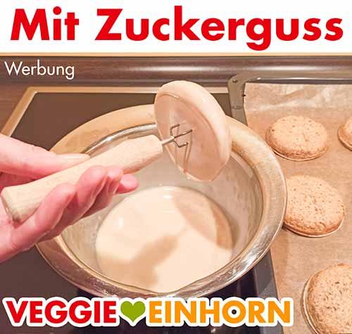 Der Lebkuchen wird mit Zuckerguss glasiert