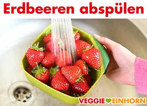 Erdbeeren abspülen.