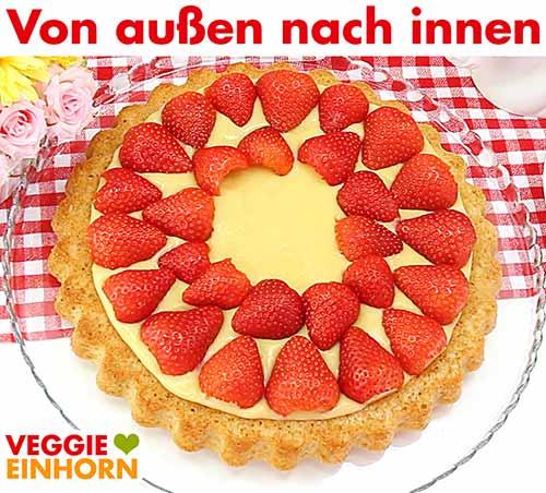 Kuchen von außen nach innen mit Erdbeeren belegen